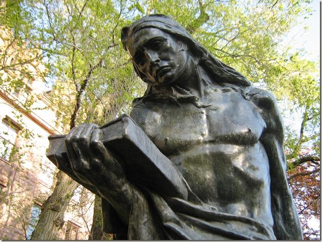 Reader statue - Guenette